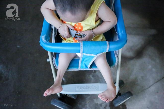 Một ngày của cô bé 4 tuổi không được đến trường, sống sót nhờ những chiếc băng vệ sinh và bao cao su - Ảnh 14.