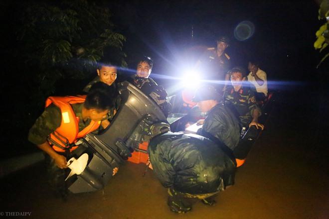 Hà Nội: Sau một đêm, làng biến thành sông, người dân trắng đêm sơ tán đồ đạc, gia súc - Ảnh 5.