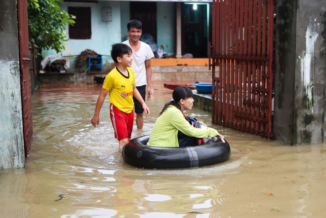 Hà Nội: Sau một đêm, làng biến thành sông, người dân trắng đêm sơ tán đồ đạc, gia súc - Ảnh 16.
