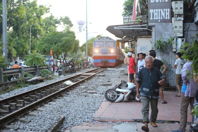 Hà Nội: Va chạm với tàu hỏa,  một người phụ nữ bị thương nặng - Ảnh 1.