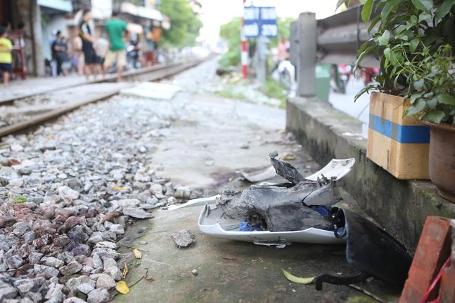 Hà Nội: Va chạm với tàu hỏa,  một người phụ nữ bị thương nặng - Ảnh 5.