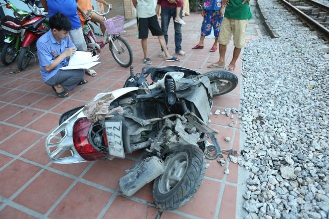 Hà Nội: Va chạm với tàu hỏa,  một người phụ nữ bị thương nặng - Ảnh 2.