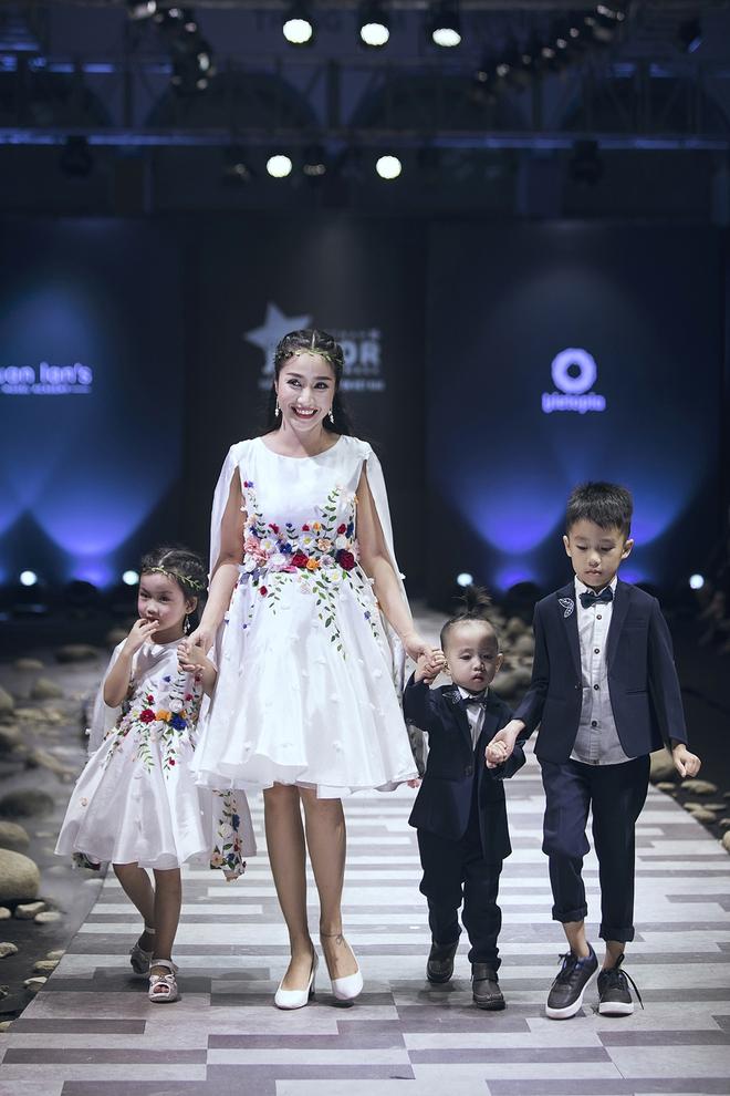 Ốc Thanh Vân cùng 3 nhóc tỳ mở màn Tuần lễ Thời trang Thiếu nhi 2017 - Ảnh 2.