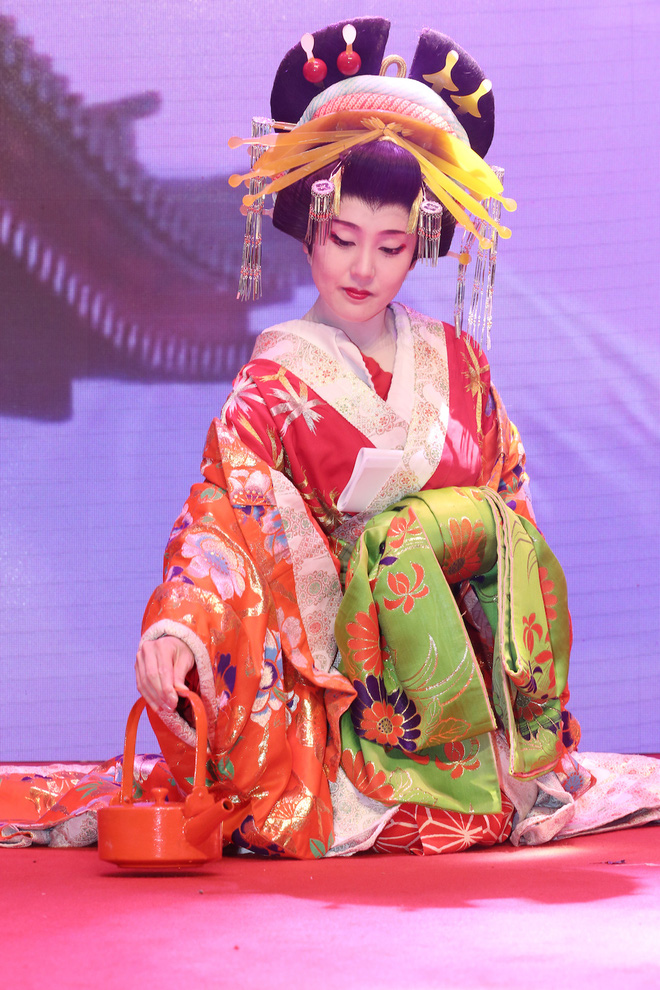 Diện trang phục gợi cảm, Đông Nhi cười ngất vì bị fan vây kín - Ảnh 11.