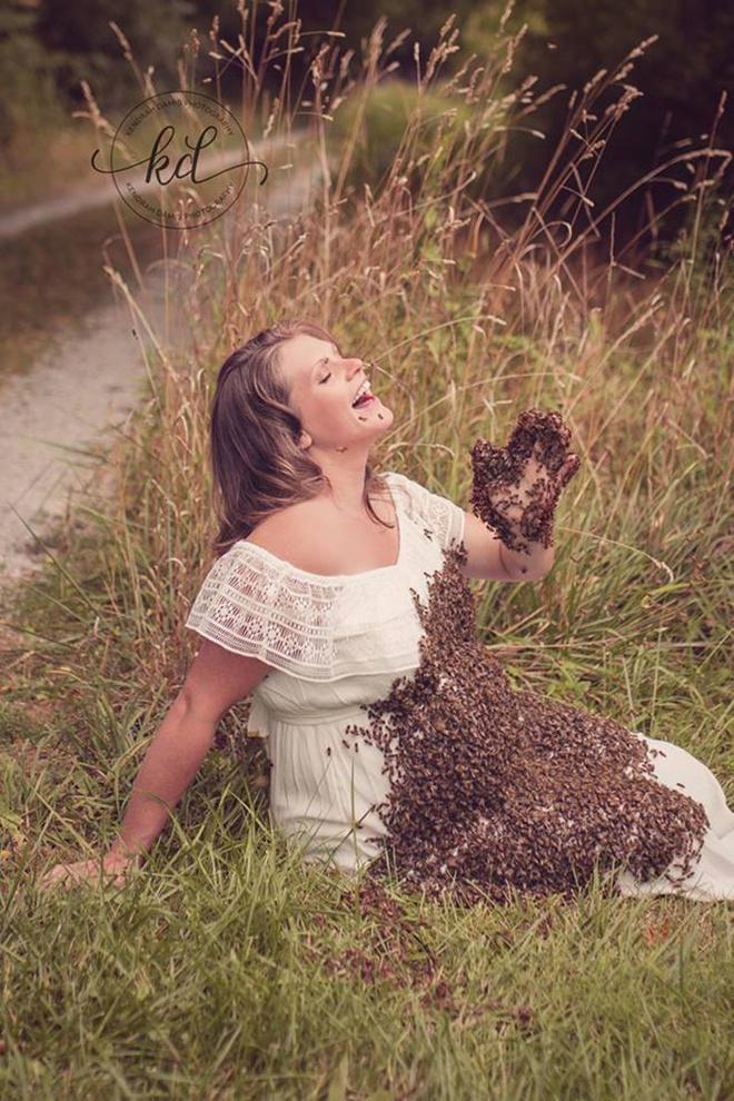 Bí mật bất ngờ phía sau bức hình mẹ bầu chụp hình cùng hàng ngàn con ong - ảnh 1