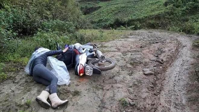Hình ảnh lay động của cô giáo vùng cao ngã trên đường đến trường - Ảnh 1.