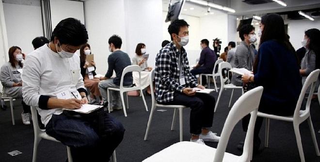 Muốn hẹn hò, nam thanh nữ tú Nhật Bản phải bịt kín mặt - Ảnh 1.