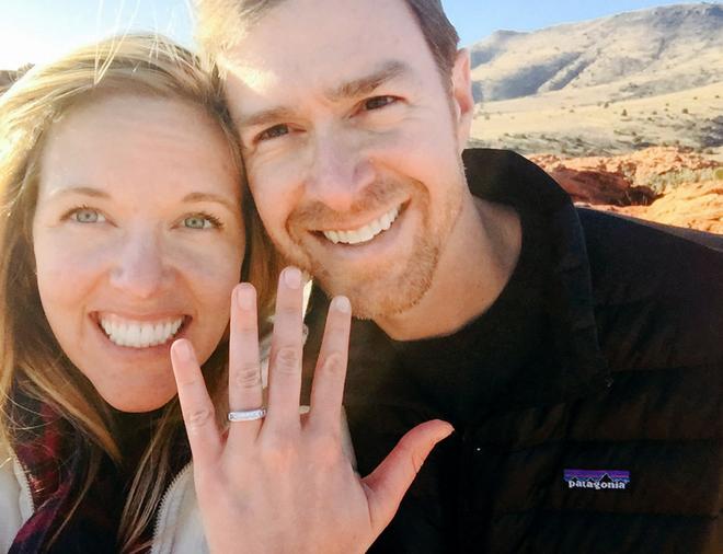 Cầu hôn bạn gái với chiếc nhẫn rẻ tiền mua ở siêu thị, người đàn ông nhận một cái kết bất ngờ - Ảnh 1.
