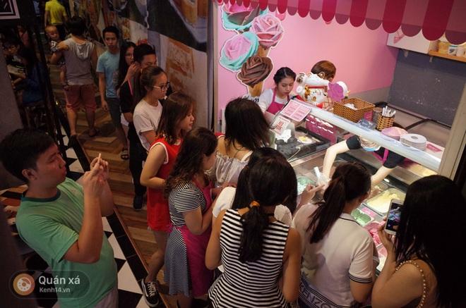 Sài Gòn: Đi thử ngay món kem hoa hồng đang khiến cư dân mạng thế giới sốt xình xịch - Ảnh 2.