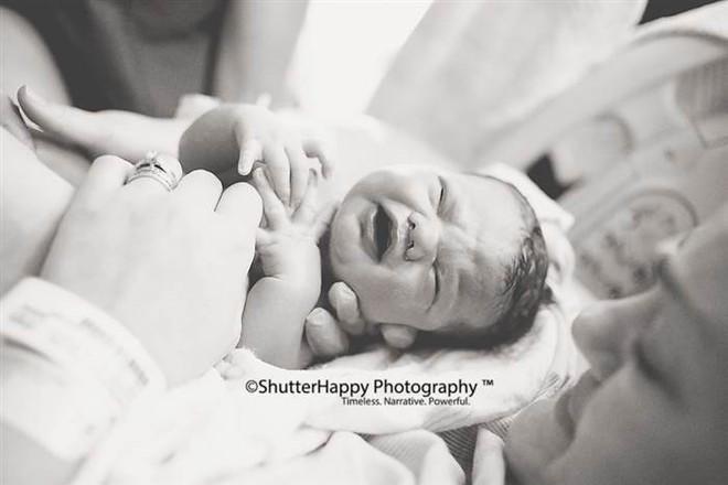 Ông bố ôm chặt bác sĩ và khóc: Bức ảnh gây sốt và câu chuyện cảm động phía sau - Ảnh 3.