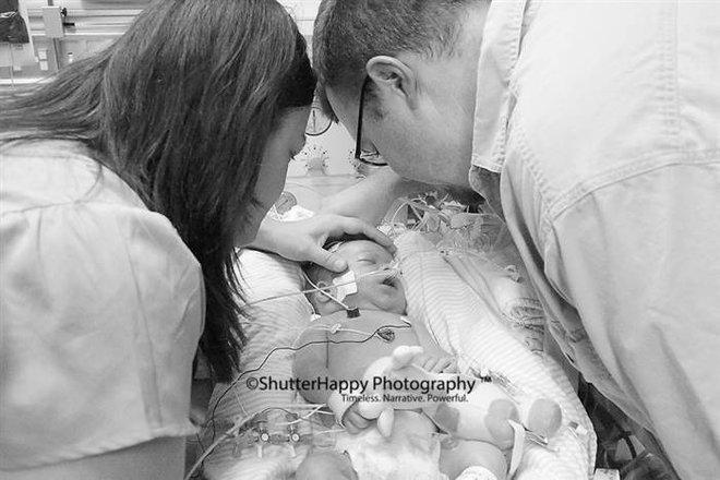 Ông bố ôm chặt bác sĩ và khóc: Bức ảnh gây sốt và câu chuyện cảm động phía sau - Ảnh 2.