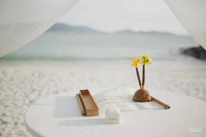 Lễ cưới chỉ 30 khách bên bờ biển của cô dâu Việt kiều được tạp chí châu Á hết lời khen ngợi - Ảnh 15.