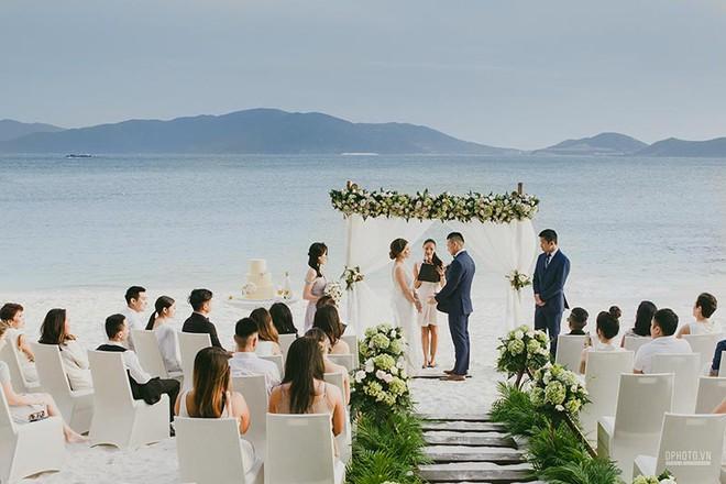 Lễ cưới chỉ 30 khách bên bờ biển của cô dâu Việt kiều được tạp chí châu Á hết lời khen ngợi - Ảnh 3.