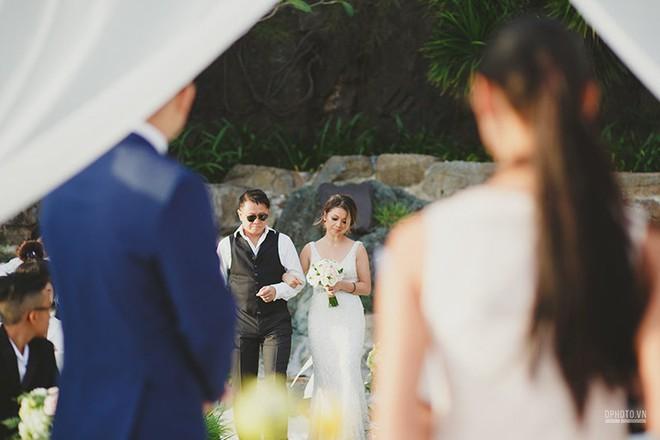 Lễ cưới chỉ 30 khách bên bờ biển của cô dâu Việt kiều được tạp chí châu Á hết lời khen ngợi - Ảnh 7.