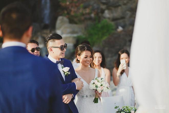 Lễ cưới chỉ 30 khách bên bờ biển của cô dâu Việt kiều được tạp chí châu Á hết lời khen ngợi - Ảnh 8.