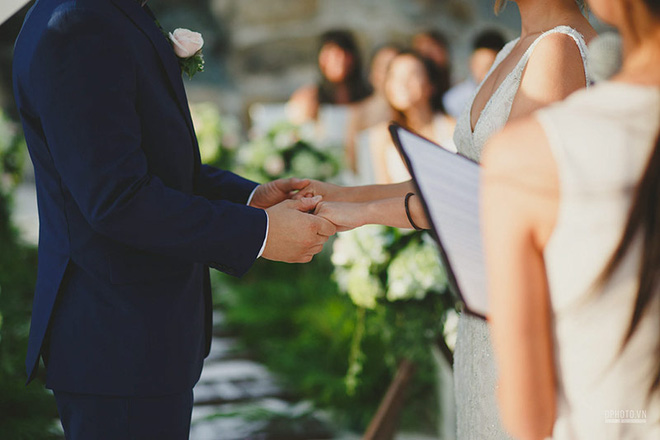 Lễ cưới chỉ 30 khách bên bờ biển của cô dâu Việt kiều được tạp chí châu Á hết lời khen ngợi - Ảnh 4.