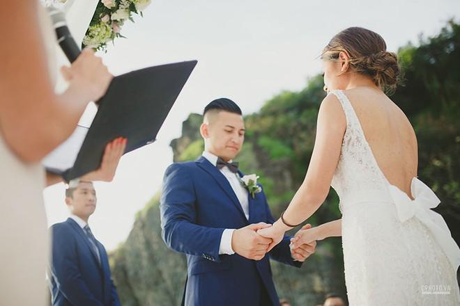 Lễ cưới chỉ 30 khách bên bờ biển của cô dâu Việt kiều được tạp chí châu Á hết lời khen ngợi - Ảnh 9.