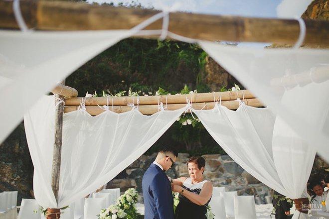 Lễ cưới chỉ 30 khách bên bờ biển của cô dâu Việt kiều được tạp chí châu Á hết lời khen ngợi - Ảnh 1.