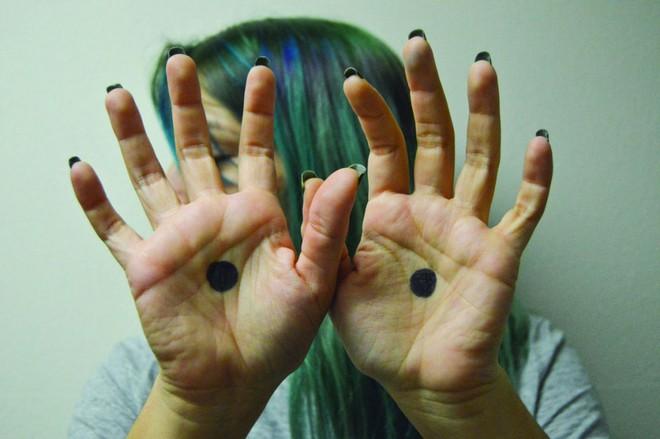 Nhiều phụ nữ được cứu nhờ hình ảnh dấu chấm đen trong lòng bàn tay, ý nghĩa của nó rất nhân văn - Ảnh 2.