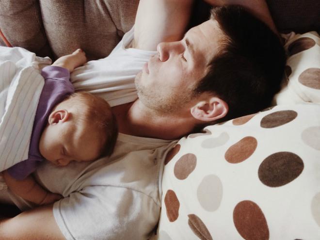 Để con ngủ trên ngực, trông thì tình cảm nhưng là hành động có thể giết chết con - Ảnh 4.
