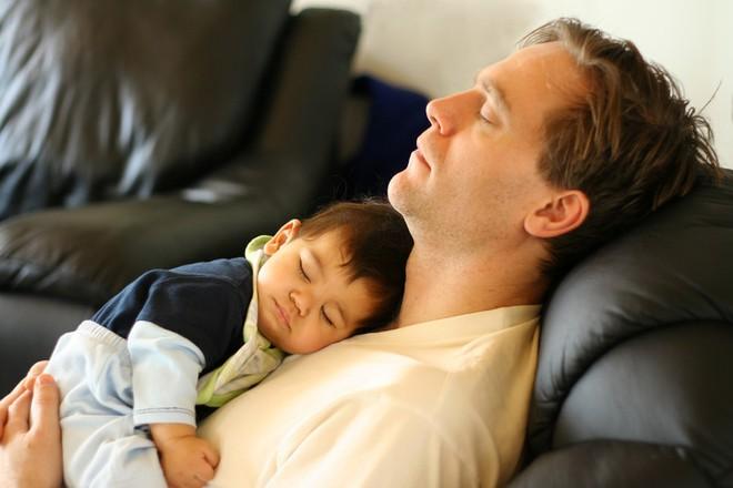 Để con ngủ trên ngực, trông thì tình cảm nhưng là hành động có thể giết chết con - Ảnh 5.