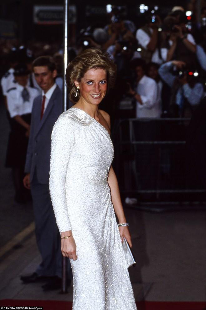 Cuộc chiến ngầm trong đêm tiệc đặt dấu chấm hết cho cuộc hôn nhân của Công nương Diana lần đầu được tiết lộ - Ảnh 1.