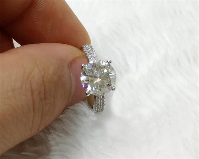 Đại gia cầu hôn bạn gái bằng chiếc nhẫn kim cương trị giá 5000 tô mỳ cay - Ảnh 1.