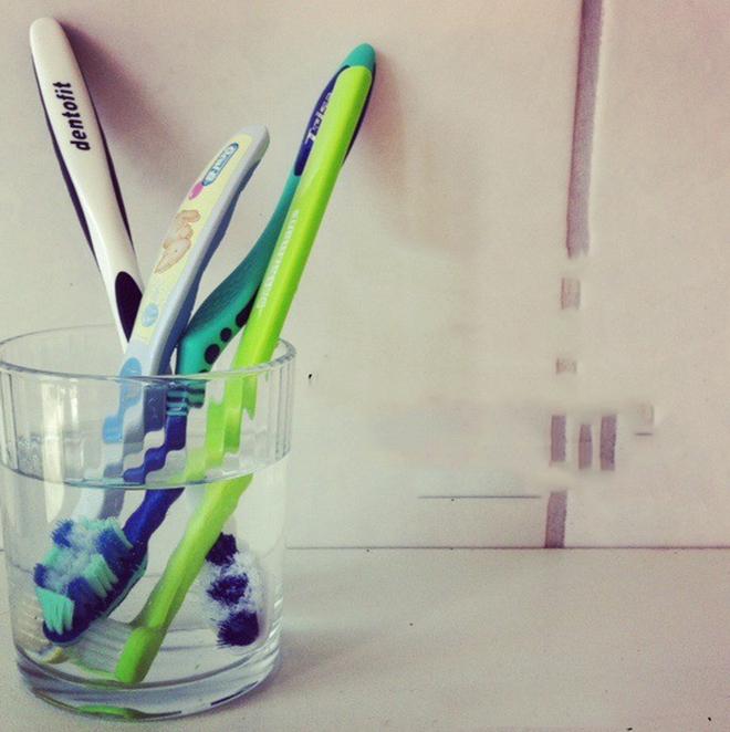 Đánh tan nỗi lo ngại bàn chải đánh răng bẩn bằng cách cực hay và vô cùng đơn giản sau - Ảnh 1.