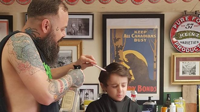 Nằm lăn ra đất để cắt tóc cho cậu bé, hành động này của người thợ đã được cả thế giới tung hô - ảnh 5