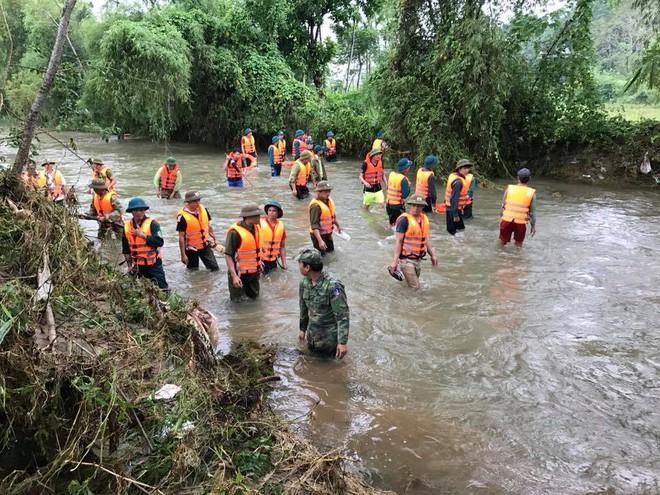 Hàng trăm chiến sỹ dàn quân tìm kiếm bé 4 tuổi bị lũ cuốn mất tích ở Nghệ An - Ảnh 2.