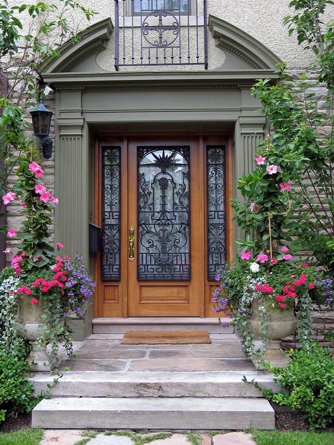 Muôn kiểu cửa nhà có hoa khiến ai ai đi qua cũng phải ngoái nhìn - Ảnh 2.