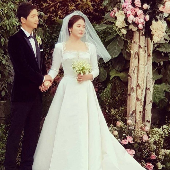 Mẹ Song Hye Kyo rưng rưng nước mắt ôm con rể Song dặn dò - Ảnh 1.