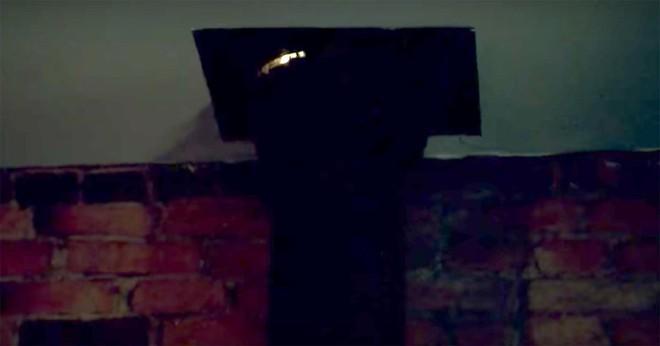 Nghe tiếng động và thấy tia sáng kỳ lạ từ trần nhà, ông bố lắp camera trên gác mái và kinh hãi báo cảnh sát - Ảnh 2.