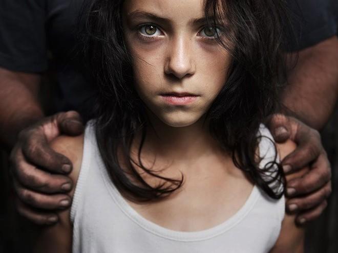 Con gái có biểu hiện kỳ lạ, ông bố bàng hoàng phát hiện điều kinh khủng mà cô bé đang giấu diếm trong iPad - Ảnh 5.