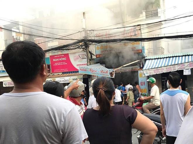 TP.HCM: Cha hoảng sợ gọi cảnh sát vào cứu con trong ngôi nhà đang cháy ngùn ngụt - Ảnh 2.