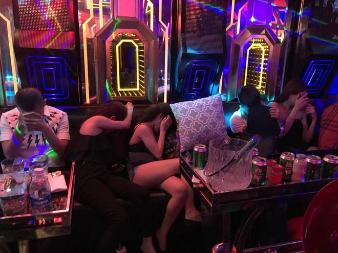 Đột kích quán karaoke ở Sài Gòn phát hiện nhiều nam nữ dương tính với ma tuý đang bay lắc - Ảnh 1.