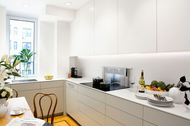 Nhà bếp nhỏ đa chức năng của căn hộ này khiến ai thấy cũng mê - Ảnh 2.