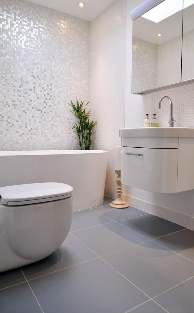 Phòng tắm nhỏ trở nên đáng yêu nhờ bài trí theo những cách này! - Ảnh 2.