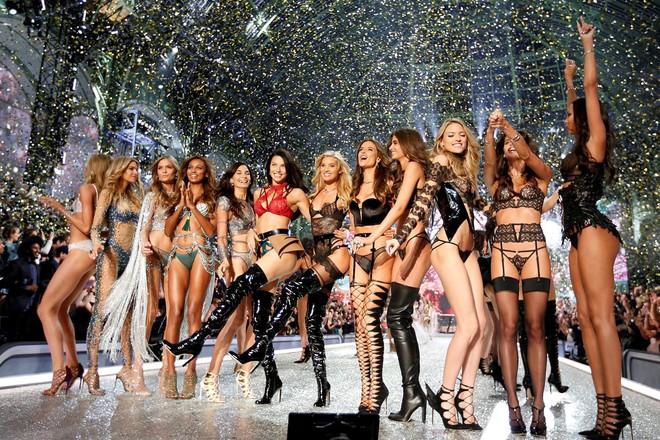 Ngày diễn gần kề, Victorias Secret Show gặp rắc rối lớn vì nhiều người mẫu không thể xin visa nhập cảnh Trung Quốc - Ảnh 1.
