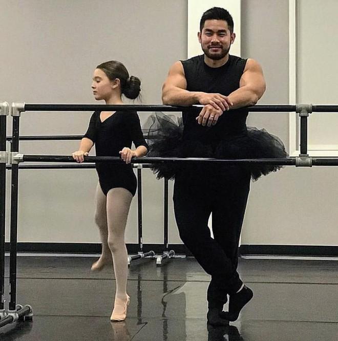 """Ông bố cơ bắp gốc Việt trở thành """"nam thần"""" của các mẹ khi mặc váy xòe múa ballet cùng con gái - Ảnh 1."""
