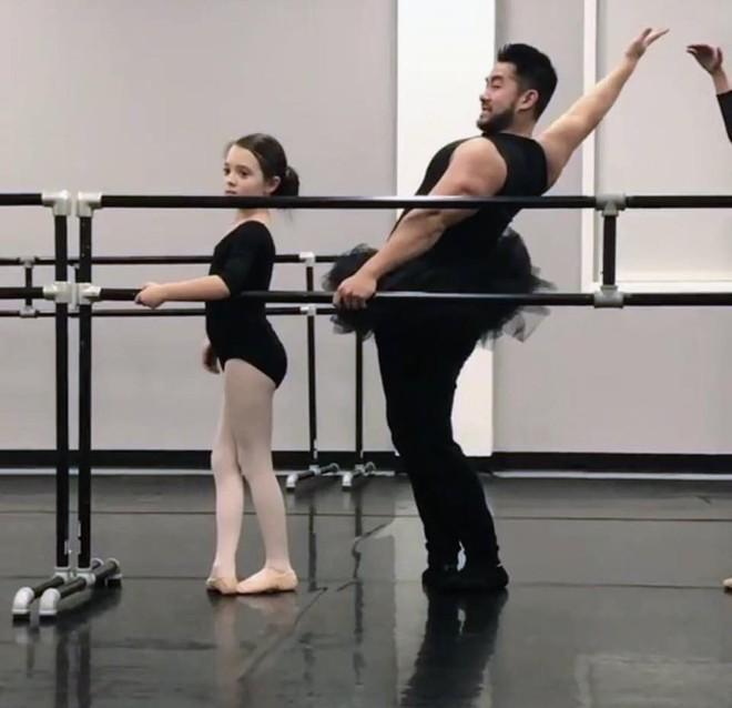 """Ông bố cơ bắp gốc Việt trở thành """"nam thần"""" của các mẹ khi mặc váy xòe múa ballet cùng con gái - Ảnh 2."""