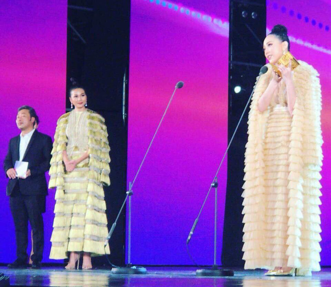 Thanh Hằng và Tóc Tiên nhìn bỗng y chang nhau trên sân khấu MAMA 2017 - Ảnh 1.