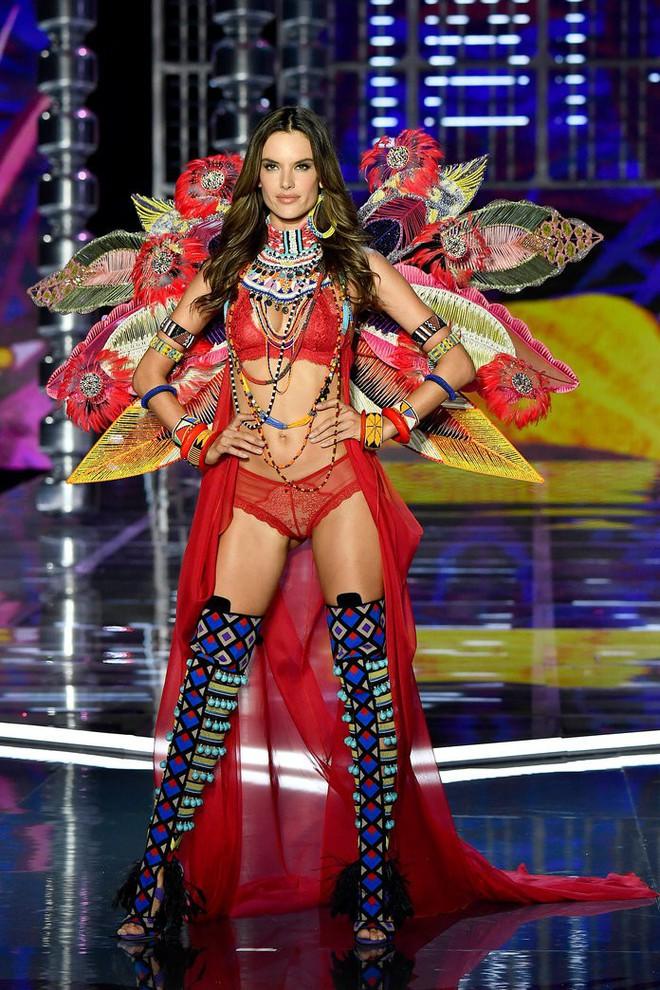 Alessandra Ambrosio chính thức giải nghệ sàn diễn Victorias Secret, giã từ cánh thiên thần sau 14 năm gắn bó - Ảnh 1.