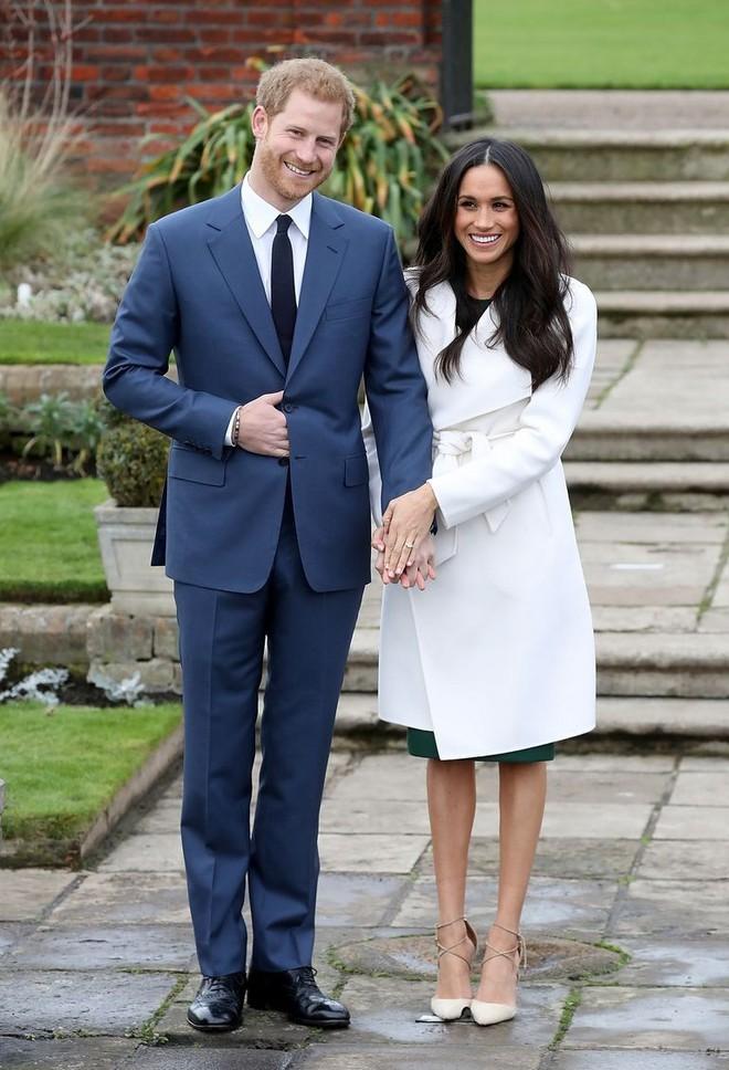 Được vị hôn thê của hoàng tử Harry diện, chiếc áo này đã lập tức gây sốt và khiến trang web của hãng bị đánh - Ảnh 2.