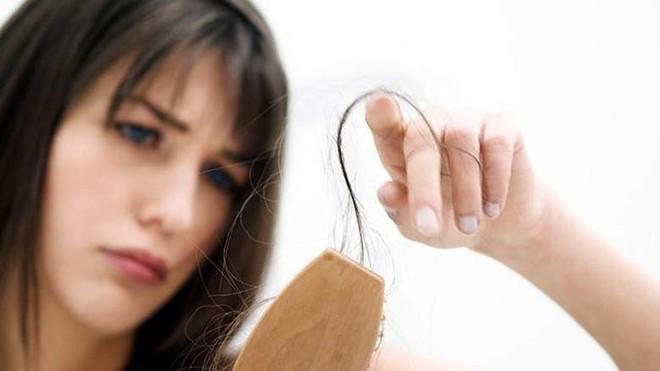 Cho vài giọt này vào dầu gội đầu, tóc vừa mọc nhanh lại vừa mềm tơi óng ả - Ảnh 1.