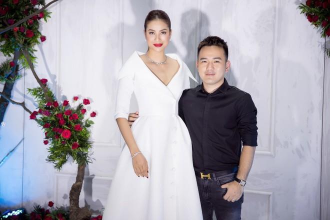 Bao nhiêu Hoa hậu hội tụ trên thảm đỏ sự kiện thời trang, nổi nhất vẫn là Phạm Hương và Đỗ Mỹ Linh - Ảnh 1.