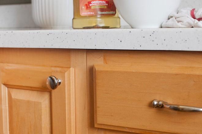 Tôi đã khám phá ra cách làm sạch tủ bếp bằng gỗ chỉ trong tích tắc với 5 bước đơn giản - Ảnh 1.