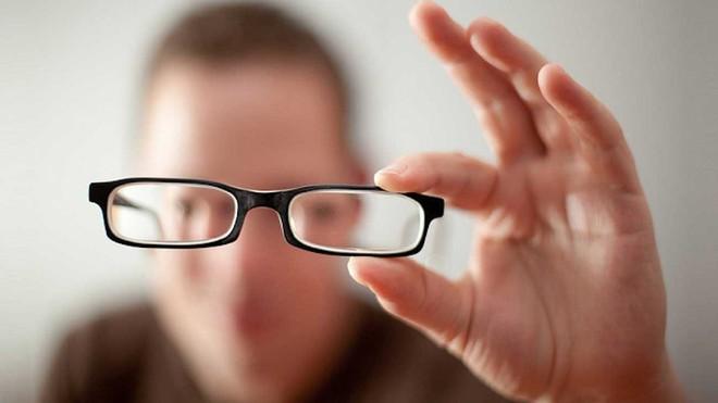Không chỉ cận thị mà giới trẻ ngày nay còn đối mặt với bệnh loạn thị đang ngày càng phổ biến - Ảnh 2.