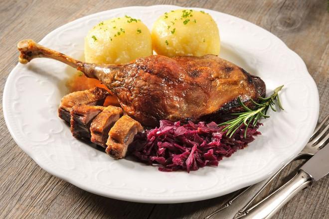 Đi vòng quanh thế giới xem mọi người ăn gì vào bữa tối Giáng Sinh - Ảnh 2.