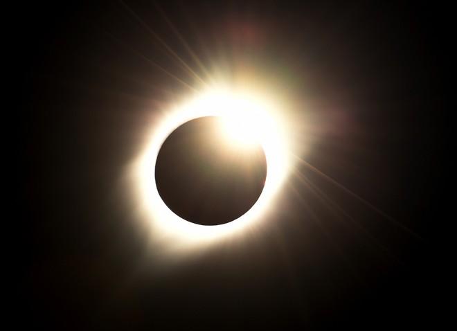 Trải nghiệm nhật thực đặc biệt nhất thế kỷ, người phụ nữ đau đớn mang thương tật suốt đời trên mắt - Ảnh 2.